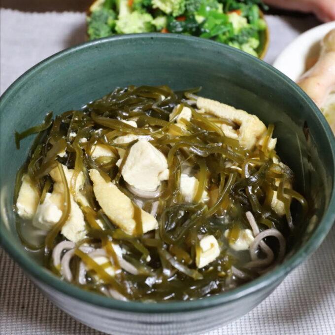 刻み昆布と豆腐の味噌汁に蕎麦を入れた味噌汁蕎麦