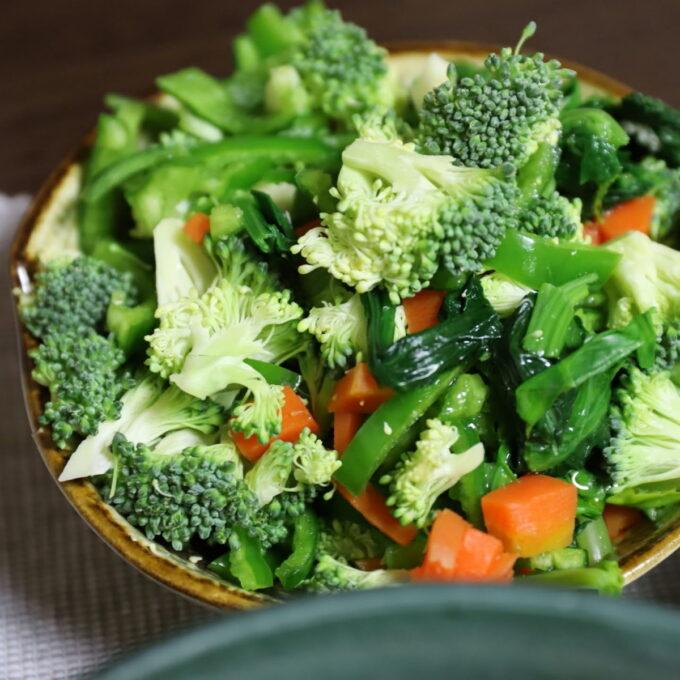 生のブロッコリーやピーマンが入った、緑黄色野菜のサラダ