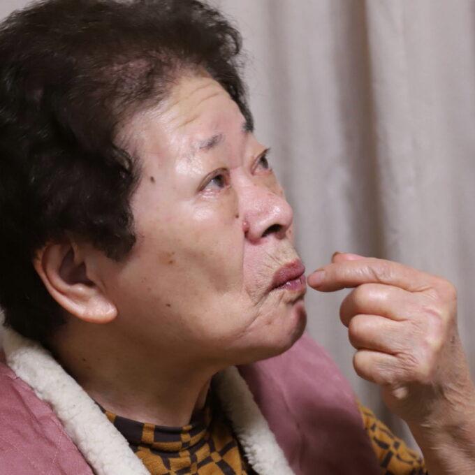 ブラックサンダーを食べている祖母(おばあ)