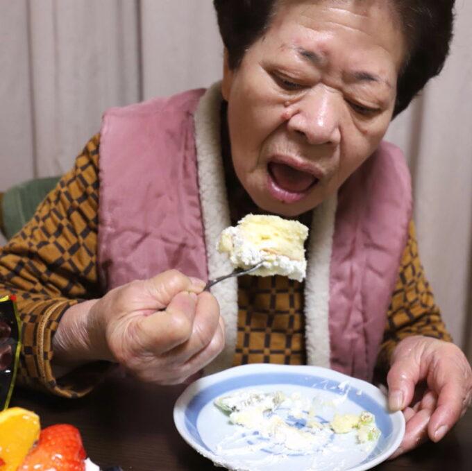 ケーキを食べている祖母(おばあ)