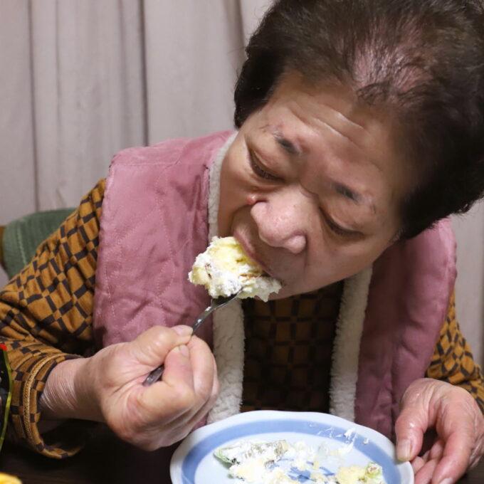 バレンタインデーにケーキを頬張っている祖母(おばあ)