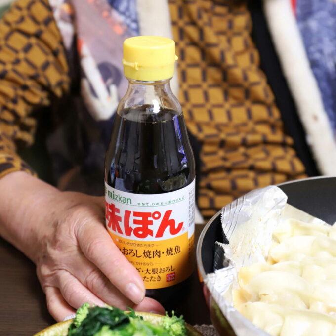 餃子を食べるために並べた味ぽんの瓶