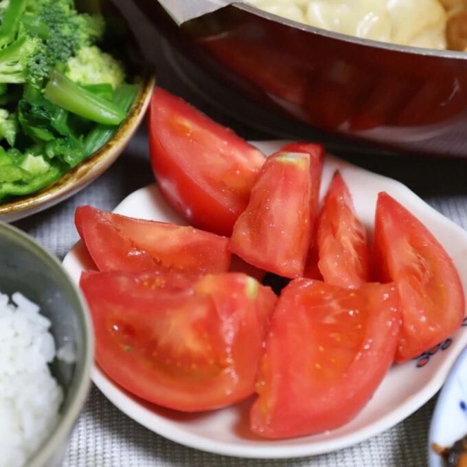 生のトマトを切って皿に乗せたもの