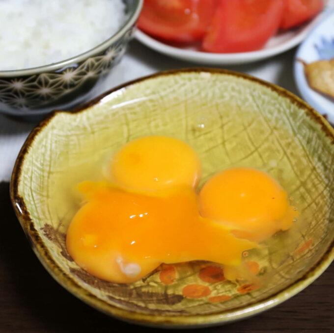 皿に入れた3つ分の生卵