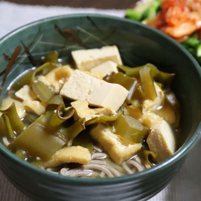 昆布と豆腐がたっぷり入った味噌汁蕎麦