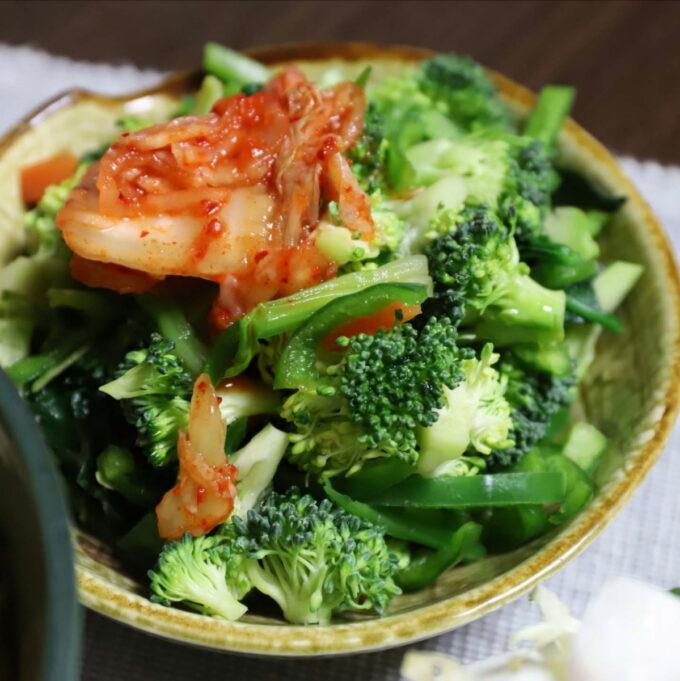 キムチを乗せた生ブロッコリー入りの野菜サラダ