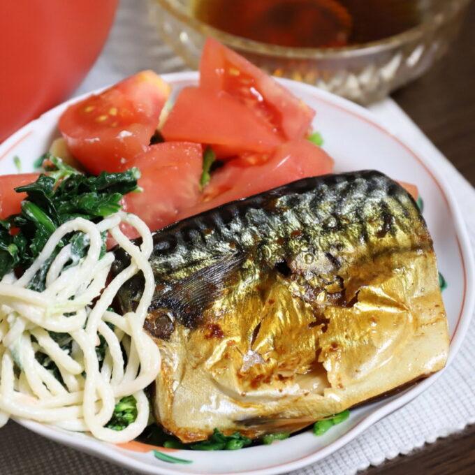 トマトなどのサラダと塩鯖を一緒に乗せた晩ごはんのおかず
