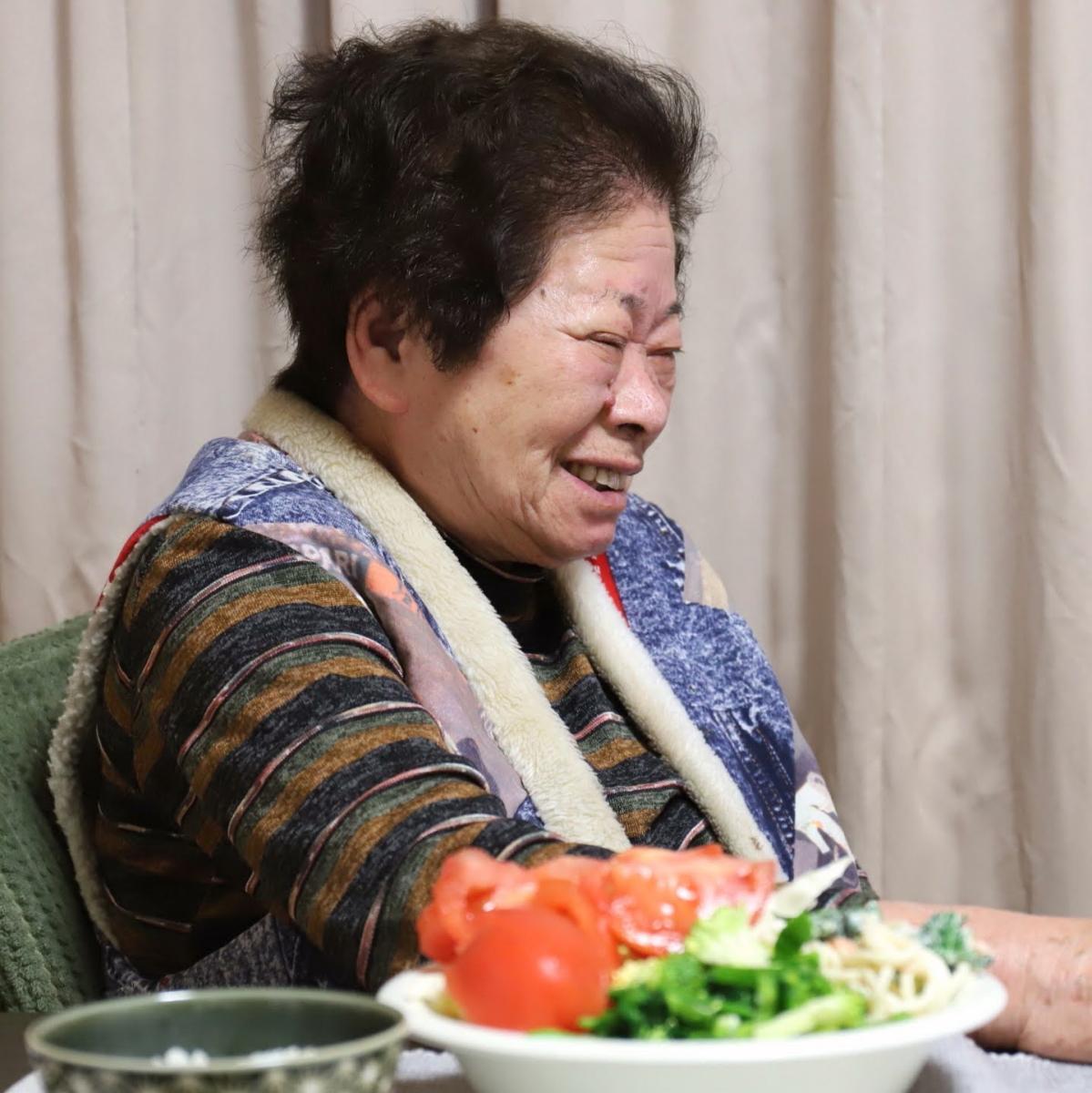 食卓に着いて笑っている祖母