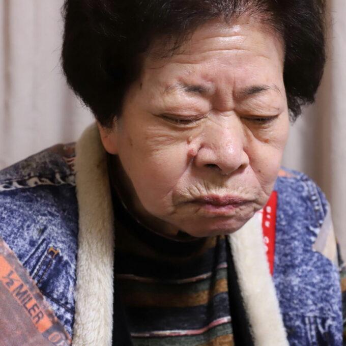 イチゴを食べて酸っぱい顔をしている祖母(おばあ)
