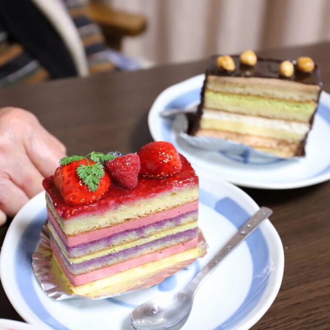 ホワイトデーに祖母にプレゼントした木苺のケーキと、チョコレートとナッツのケーキ
