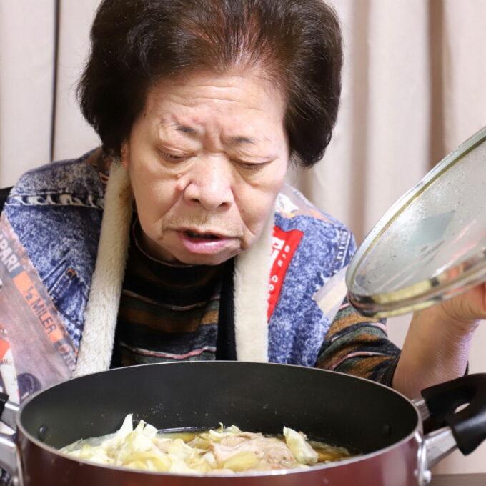 鍋のフタを開ける祖母(おばあ)