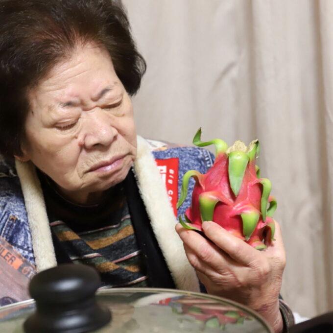 祖母(おばあ)が持っているドラゴンフルーツ