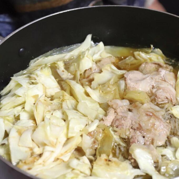 祖母が作ったキャベツと豚肉の煮物が鍋に入っている