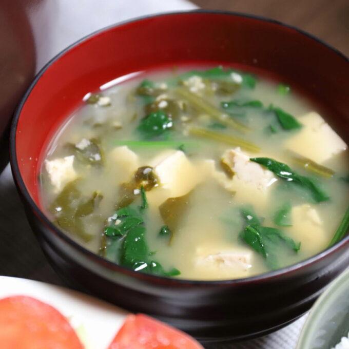 祖母(おばあ)が作ったほうれん草と豆腐とわかめの味噌汁
