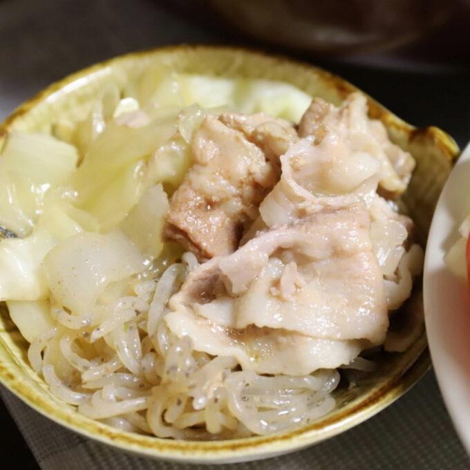 祖母(おばあ)が作った豚肉と玉ねぎ、キャベツの煮込み