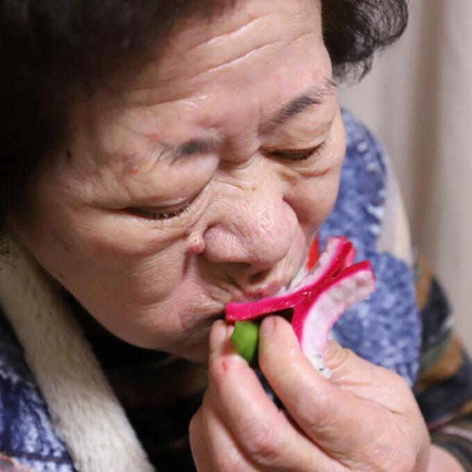 ドラゴンフルーツを手づかみで食べている祖母(おばあ)
