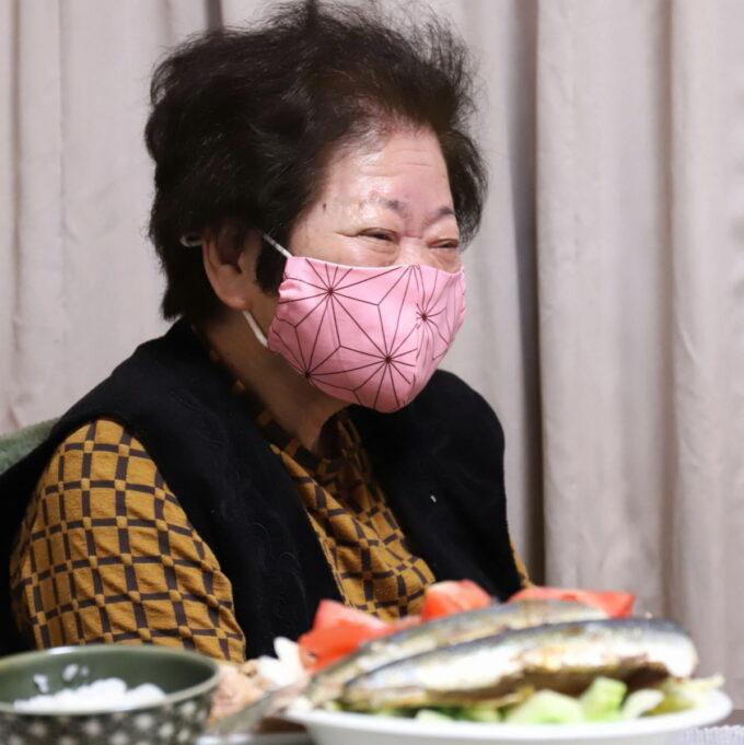 鬼滅の刃の柄のマスクを着けている祖母