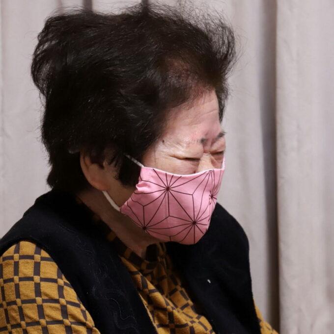 マスクをした祖母が笑っているところ
