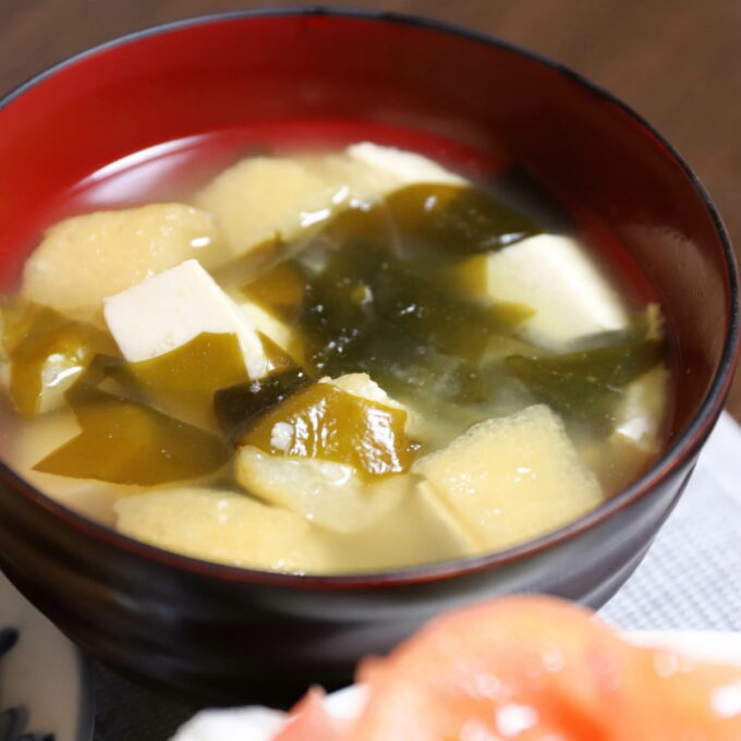 お椀に入った豆腐とワカメと油揚げの味噌汁