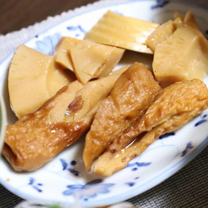 皿に盛りつけたちくわとタケノコの煮物