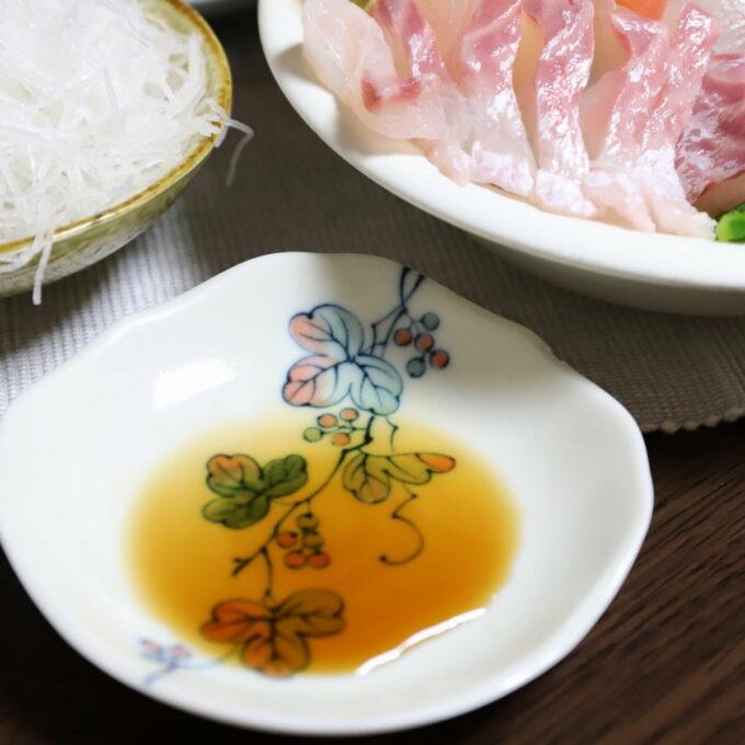 刺身をつける醤油を入れた小皿
