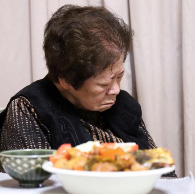 食後に座ったまま寝ている祖母(おばあ)