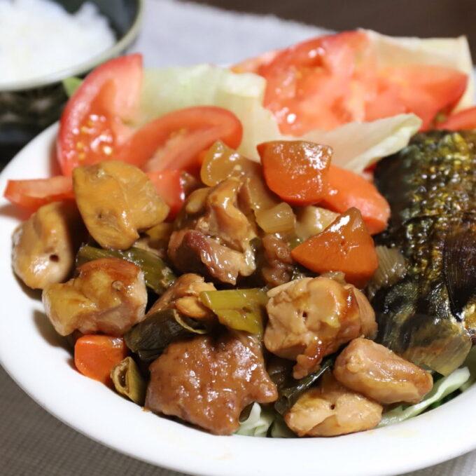 酢豚の餡に焼き鳥を加えた酢鶏やトマト、塩鯖が乗ったワンプレート