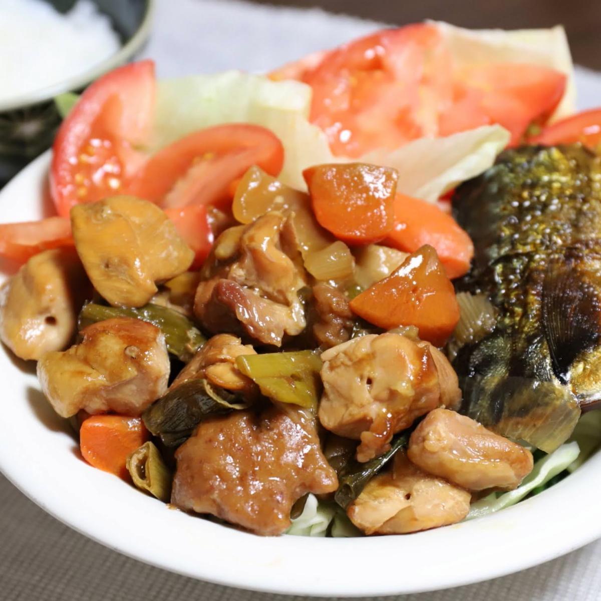 酢豚の味付けの酢鶏に焼き鳥を入れたものやサラダ、塩鯖を一緒に乗せたワンプレート