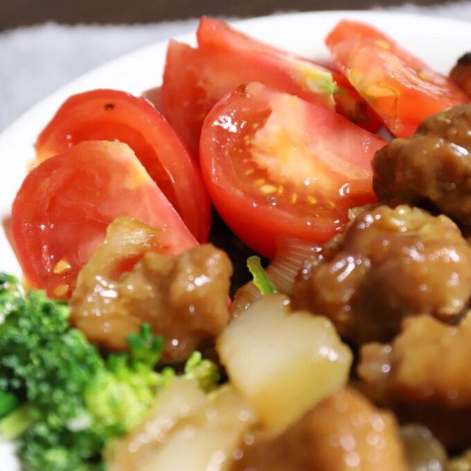 酢鶏と一緒に盛りつけたトマト