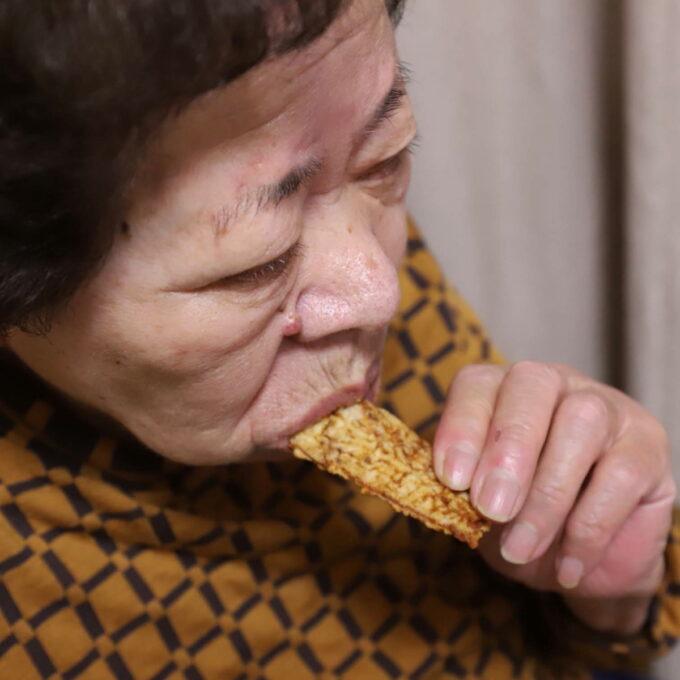 イカ天スナックを手づかみでかじる祖母(おばあ)