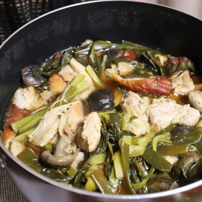 鍋の中に入っているすき焼きと煮物を合わせたようなごった煮