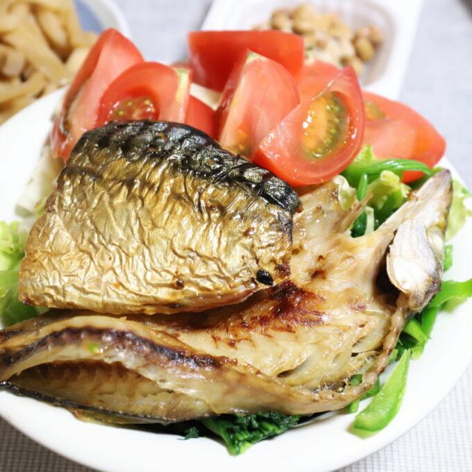 祖母が晩ごはんにつくった野菜サラダと焼き魚が乗ったワンプレート