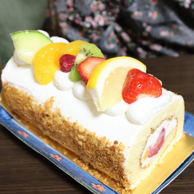 祖母(おばあ)の87歳の誕生日に買ってきたフルーツのロールケーキ