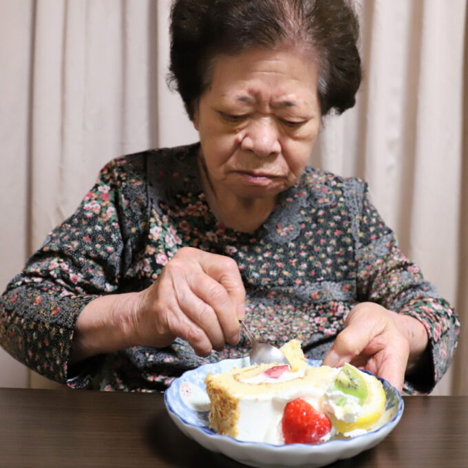 誕生日ケーキを食べる祖母