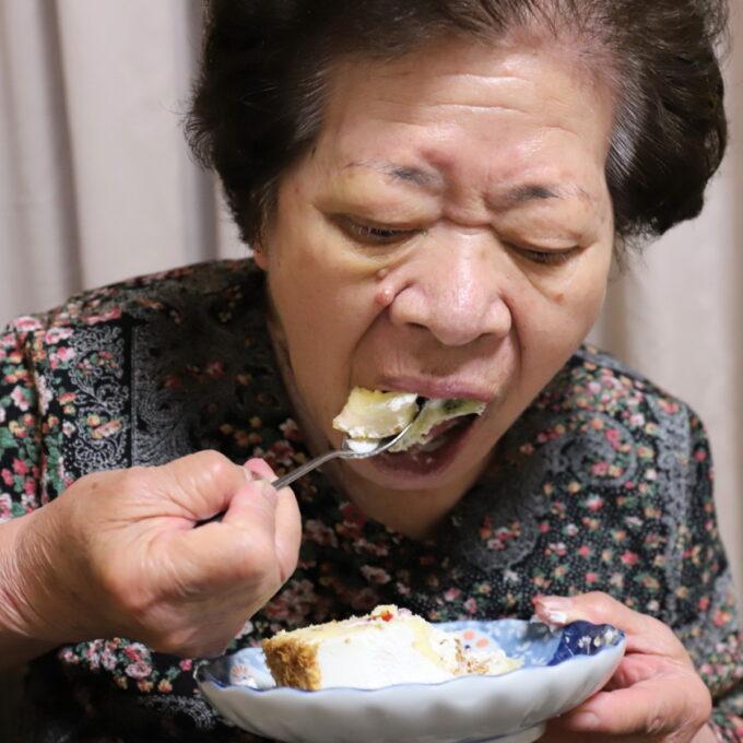 皿に乗った誕生日ケーキを吸い込むように食べる祖母(おばあ)
