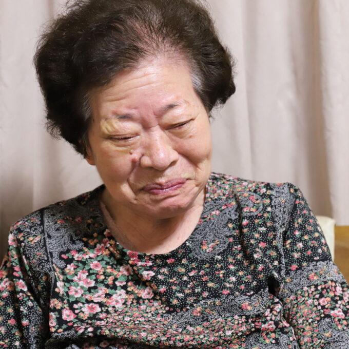 87歳の誕生にケーキを食べて笑顔の祖母(おばあ)