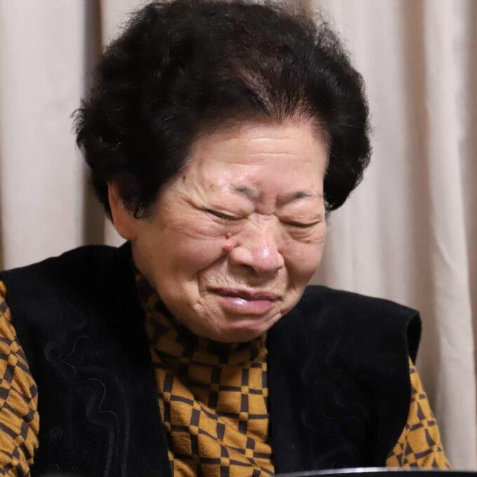 目をつぶって笑っている祖母(おばあ)