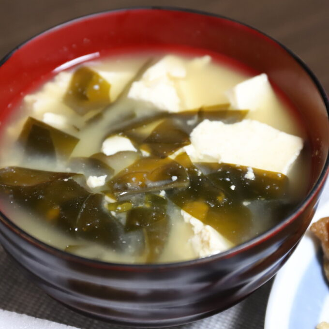 お椀に入っている豆腐とワカメの味噌汁