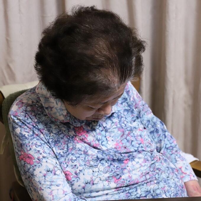 食後に席に着いたまま寝ている祖母(おばあ)