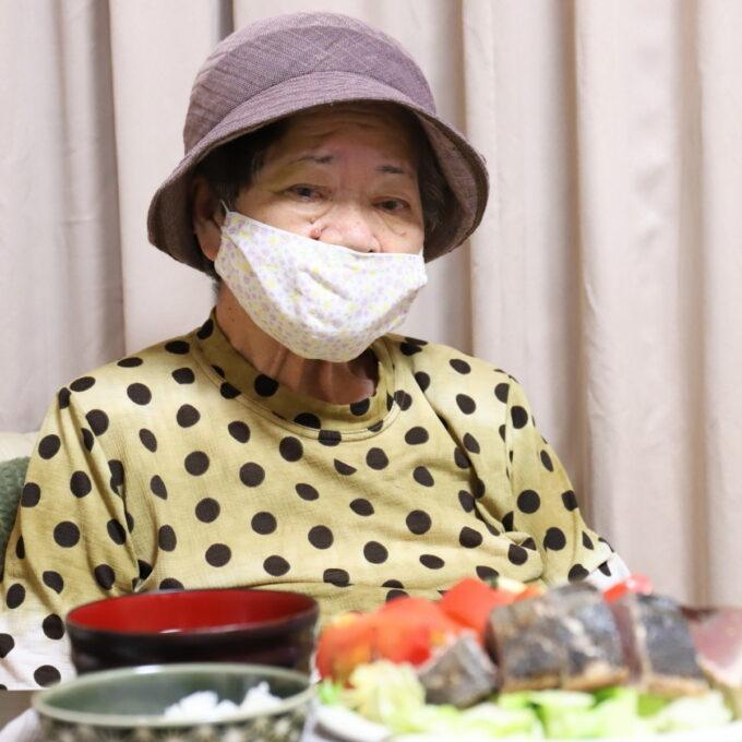 夏用の帽子をかぶってすまし顔の祖母・おばあ