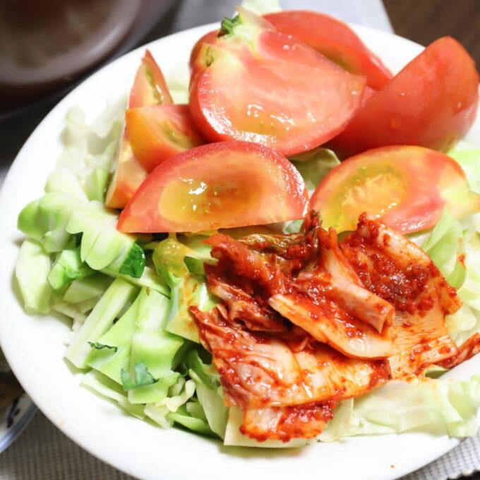 キムチをトッピングしたトマトやキャベツのサラダ