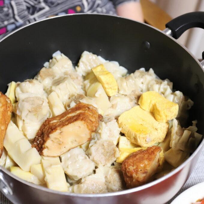 鍋の中に入っている卵焼きや焼売を具材にした新しい煮物