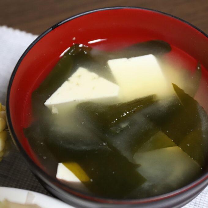 お椀に入ったワカメと豆腐の味噌汁