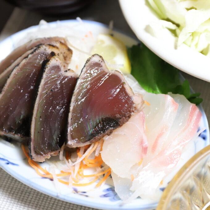 皿に盛られたカツオのたたきと鯛の刺身