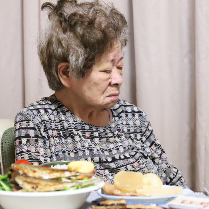 食卓の席に着いたまま居眠りしている祖母