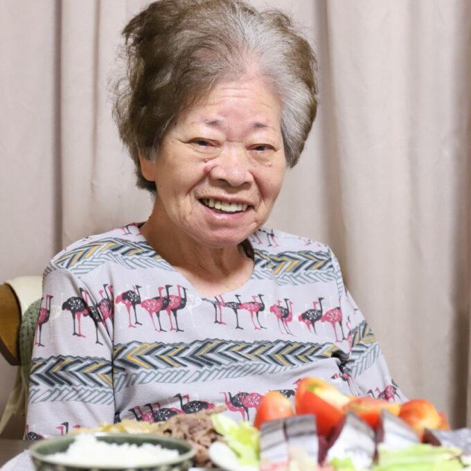 食卓に着いて満面の笑顔の祖母・おばあ