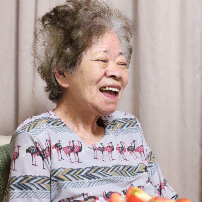 口を開けて笑う祖母・おばあ