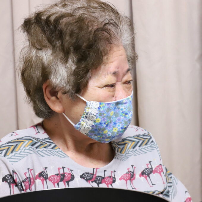 食卓に着いてマスクを着けた祖母・おばあの横顔