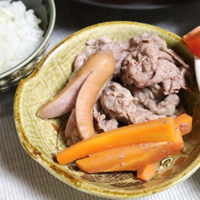 鍋で煮込んだ牛肉とニンジンとタコさんウインナーを小皿に取り分けたところ