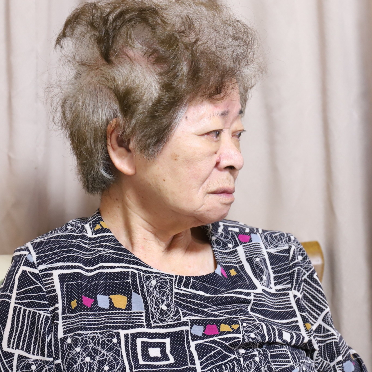 食卓についている祖母の横顔